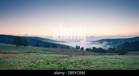 Blick auf das Tal am Morgen bei Neuhaus am Rennweg, Kreis Sonneberg, Thüringer Wald, Thüringen, Deutschland, - Stockfoto