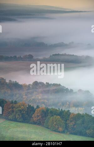 Morgennebel über dem Saaletal, Leuchtenburg, Seitenroda, Kahla, Thüringen, Deutschland - Stockfoto