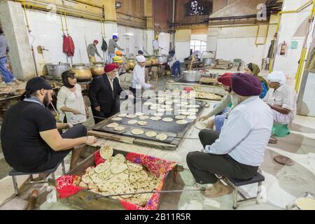 Kommerzielle Küche im Bangla Sahib Gurudwara, dem größten Sikh-Heiligtum in Delhi, Indien - Stockfoto