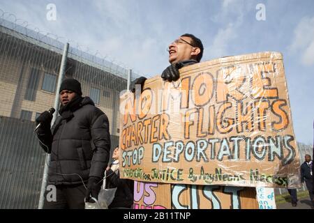 London, Großbritannien. Februar 2020. Aktivisten demonstrieren die Haftanstalt Colnbrook als Unterstützung mehrerer Menschen, die die Deportation nach Jamaika vergehen. Credit: Thabo Jaiyesimi/Alamy Live News - Stockfoto