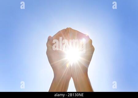 Hände fangen Licht, Sonne - Stockfoto