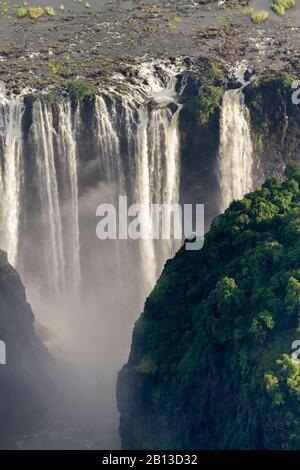 Victoria Falls des Sambesi River zwischen den Grenzstädten Victoria Falls in Simbabwe und Livingstone in Sambia, Afrika - Stockfoto