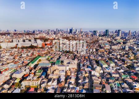 Dicht entwickelte Vororte und Großräume Tokios von Shimo-Kitazawa in Richtung CBD an einem sonnigen Tag. Erhöhte Ansicht der Antenne. - Stockfoto
