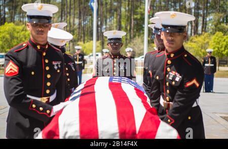 U.S. Marines with Marine Forces Reserve führen militärische Beerdigungsehren für den zurückgetretenen LT. Col. Dennis Stegall auf dem Southeast Louisiana Veterans Cemetery in Slidell, La., 1. April 2019 durch. Stegall schied nach 23-jähriger Dienstzeit 2006 aus dem Marine Corps aus und war weiterhin als stellvertretender Komptroller des Marine Corps für MARFORRES tätig. (USA Foto des Marine Corps von Sgt. Dante J. Fries)