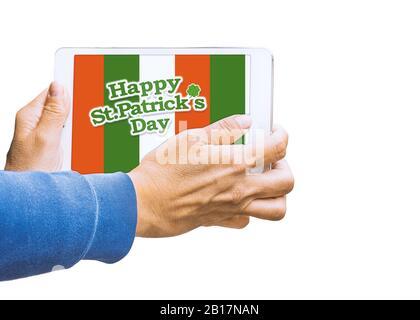 Person Hand, die ein Tablett mit dem Design von Saint patricks auf dem Bildschirm hält - Stockfoto