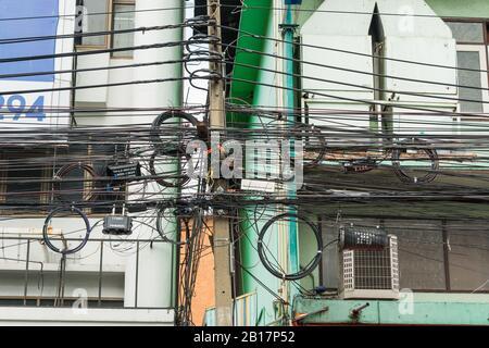 Bangkok, Thailand - Oktober 29,2019: Unordentliche elektrische Verkabelung an der Stange in Bangkok, Thailand. - Stockfoto
