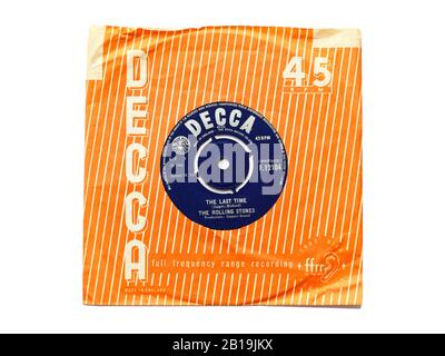 Das alte Original von Decca Plattenplatte Vinyl 45 RPM wurde Das Letzte Mal von Den Rolling Stones 1965 in zerrissenen Papierhülsen aufgenommen, die auf weiß isoliert waren.