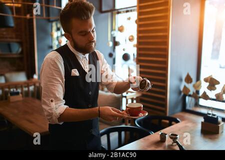 Barmen Kaffee für Kunden, Kunden, Service, kleine Unternehmen. Nahansicht Foto.Rezept für guten starken Kaffee - Stockfoto