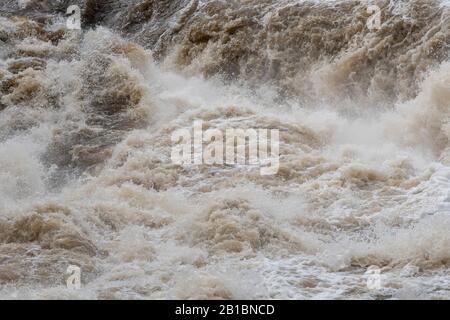 Aysgart Falls bei voller Flut. Yorkshire Dales National Park, Großbritannien. - Stockfoto