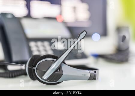 Kommunikation unterstützen, Center und Customer Service Help Desk anrufen. VOIP-Headset auf Laptop Tastatur. - Stockfoto