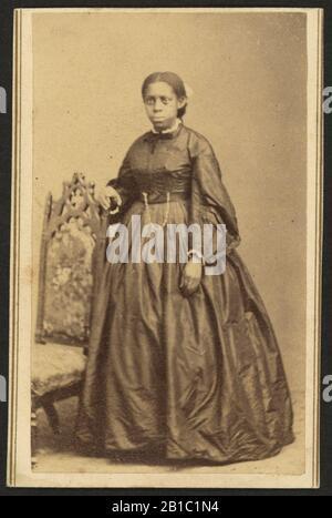 Porträt einer nicht identifizierten afroamerikanischen Frau, neben einem Stuhl stehend) - fotografiert von William Abel, Flamington, N.J