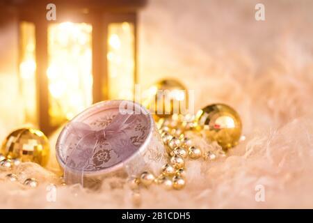 Das neue Jahr Spielzeug auf weißem Fell. Laterne, Gold, Perlen, Geschenkbox und Disco Bälle. Weihnachten Komposition. - Stockfoto