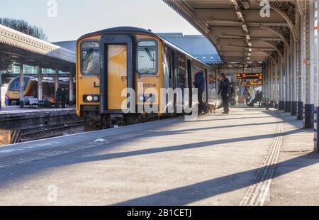 Passagiere, die mit dem Sprinterzug 150214 in Sheffield in die Arriva Northern Rail Class einsteigen - Stockfoto