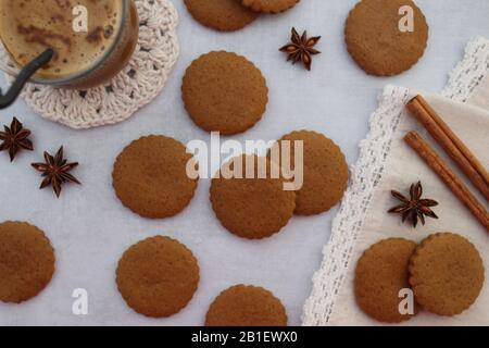 Plätzchen mit einer Tasse Kaffee, Sternanis und Zimt auf dem weißen Hintergrund, Draufsicht - Stockfoto
