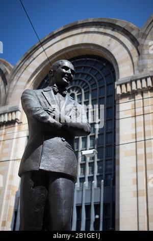 Buenos Aires, Argentinien - 22. Februar 2020: Carlos Gardel Gedenkstatue mit dem Abasto Shopping im Rücken in Buenos Aires, Argentinien - Stockfoto