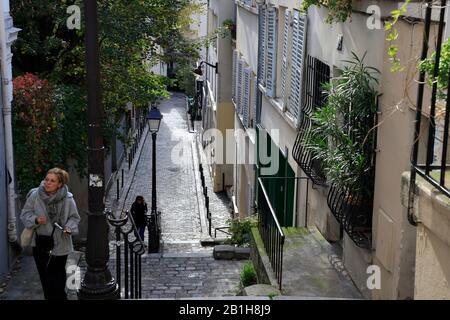 Fußgänger, der die steile Straße auf dem Montmartre.Paris.France hinauf geht - Stockfoto