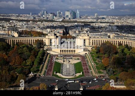 Die Luftaufnahme von Jardin du Trocadero und Palais de Chaillot mit Wolkenkratzern im Geschäftsviertel La Defense im Hintergrund. Paris.Frankreich - Stockfoto