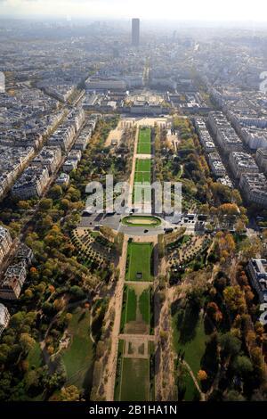 Luftbild Champ de Mars mit Ecole Militaire und Tour Montparnasse im Hintergrund.Paris.France - Stockfoto