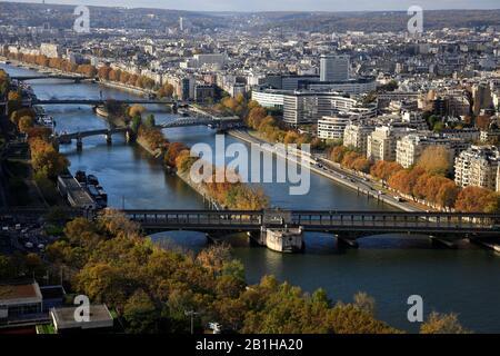 Luftansicht der seine mit Ile aux Cygnes Insel der Swans in der Mitte und Maison de la Radio im 16. Bezirk im Hintergrund.Paris.Frankreich - Stockfoto
