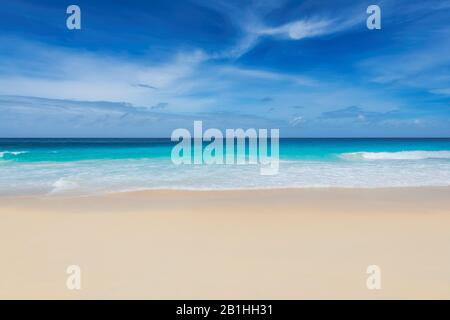 Wunderschöner Weißer Sandstrand und tropisches Meer, Hintergrund