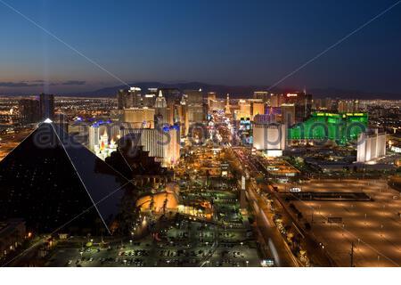 Die Skyline des Las Vegas Strip wurde in der Abenddämmerung mit Neonlicht beschossen - Stockfoto
