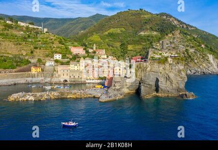 Der Hafen von Vernazza, eine der fünf Städte der Cinque Terre, Ligurien - Stockfoto
