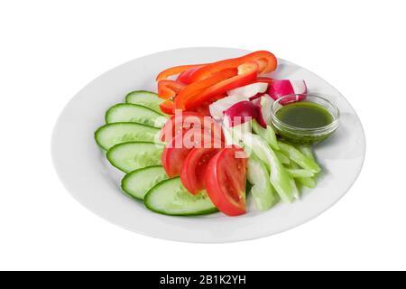 Snack, Aperitif, frisches Gemüse, Tomaten, Gurkenscheiben, Rettich, Pfeffer, Zwiebel, Buttersauce, Basilikum, vor Alkohol, Essen auf Platte weiß i - Stockfoto