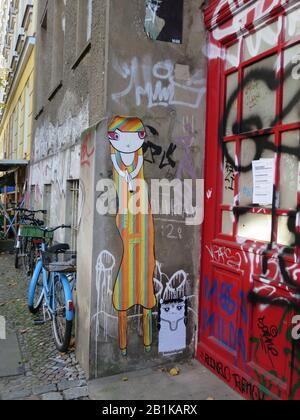 Bunt bemalte, unsanierte Häuser am Prenzlauer Berg, Berlin, Deutschland - Stockfoto