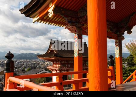 Kiyomizu-dera, ein unabhängiger buddhistischer Tempel im Osten von Kyoto, Teil der Historischen Denkmäler des Alten UNESCO-Welterbes von Kyoto. Japan - Stockfoto