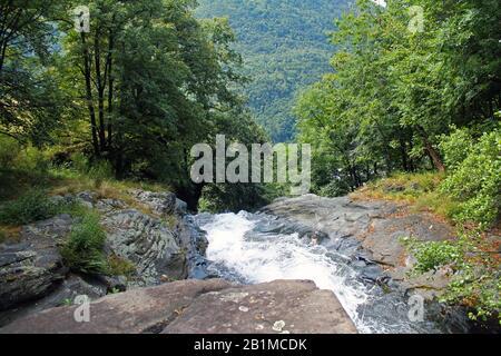 Zertrümmender Wasserfall mit Regenbogen in Italien - Stockfoto