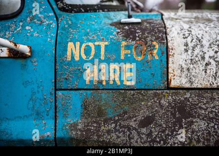 """""""Nicht Zur Miete"""", gemalt an der Seite eines alten ford Pickups. - Stockfoto"""