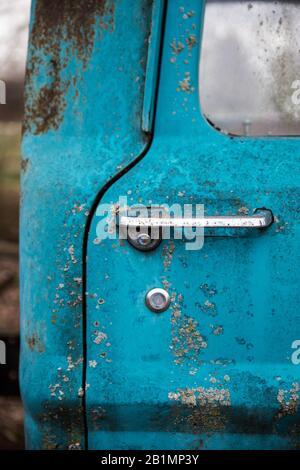 Eine Hochformatansicht der Türlinien und des Griffs. - Stockfoto
