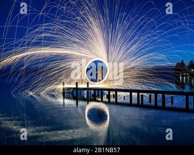 Herz aus Licht auf der Promenade des Starnberger Sees, Deutschland, Bayern