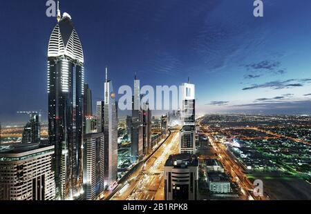 Abendstimmung am Persischen Golf, Turm, Wolkenkratzer, Skyline, Verkehr, Metropole, Innenstadt von Dubai, Dubai, Vereinigte Arabische Emirate, Naher Osten,