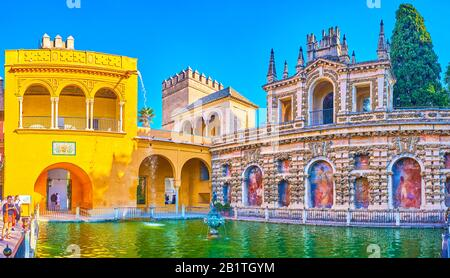 Sevilla, SPANIEN - 1. OKTOBER 2019: Erstaunliche Groteske Galerie mit Galerie und Balkon des Alcazar-Palastes umgeben den Merkurteich mit kleinen Gießerteichen - Stockfoto