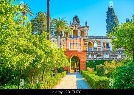 Sevilla, SPANIEN - 1. OKTOBER 2019: Die schönen Tore in Der Grotesken Galerie, die zum Jardein de los Poetas (Dichtergarten) der Alcazar-Gärten führt, am Okt - Stockfoto
