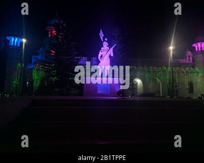 Blick auf die Nacht der Statue. Memorial of Independence war of Bangladesh Designed by Samira Khanom Shyamoli.One of the iconic Sight of Carmichael College Rangpur - Stockfoto
