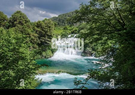 Wasserfälle im Nationalpark Krka, Kroatien. Naturlandschaft von Wasserfallkaskade. Bergwald Wasserfalllandschaft.Blick von oben auf Wasserfälle - Stockfoto