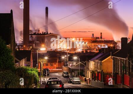 Residenental Housing führt zu Port Talbot Stahlwerken, die Dampfwolken im Abend Licht Port Talbot Swansea Glamorgan Wales emittieren Stockfoto