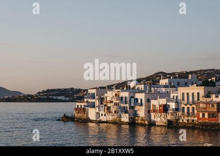 Sonnenuntergang über den alten Häusern in Little Venice, Hora (Mykonos Stadt), Mykonos, Griechenland. - Stockfoto