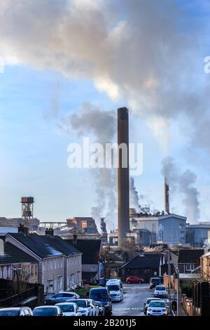 Port Talbot Stahlwerke emittieren Wolken aus Dampf Port Talbot Swansea Glamorgan Wales Stockfoto