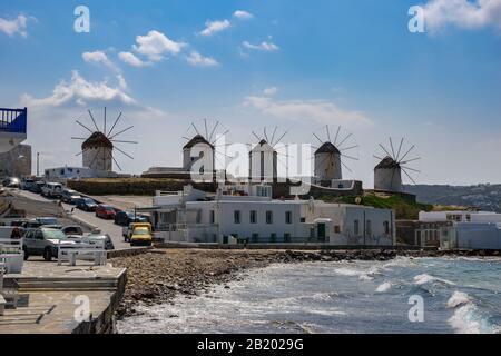 Die berühmten alten traditionellen Windmühlen der Insel Mykonos gegen einen blauen bewölkten Himmel in den Kykladen - Griechenland - Stockfoto