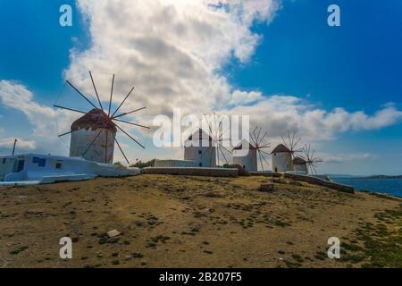 Die berühmten alten traditionellen Windmühlen der Insel Mykonos gegen einen bewölkten Himmel in den Kykladen - Griechenland - Stockfoto