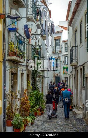 Altstadtgasse, Alfama, Lissabon, Portugal - Stockfoto