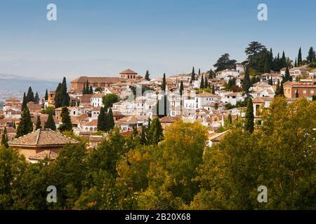 Ein Luftbild der Altstadt von Granada, Spanien, mit der Sierrra Nevada im Hintergrund - Stockfoto