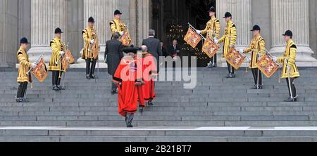 Die Trompeter der Life Guards State Dress Uniform & Dignities in roten Gewändern umfassen den Lord Mayor of London Arriving Steps St Pauls Cathedral London UK - Stockfoto