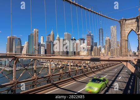 Verkehr in der morgendlichen Hauptverkehrszeit vor dem Arbeitstag auf der Brooklyn Bridge über den New Yorker Stadtbild Hintergrund, USA, Vereinigte Staaten, Business und Transporta - Stockfoto