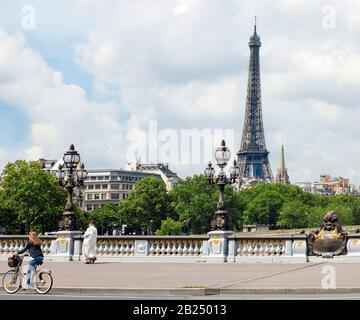 Pont Alexandre III und der Eiffelturm - Stockfoto