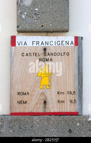 Wegweiser Via Francigena in Castel Gandolfo, Latium, Italien - Stockfoto