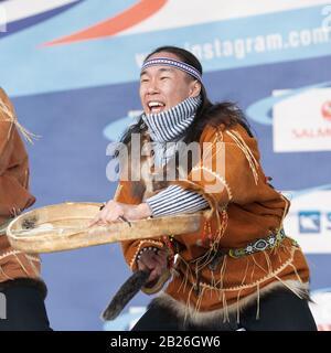 Aborigine-Tänzerin in nationalen Kleidungsstücken einheimischer Menschen emotionales Tanzen mit Tambourin. Konzert Koryak Dance Ensemble Mengo. Halbinsel Kamtschatka - Stockfoto